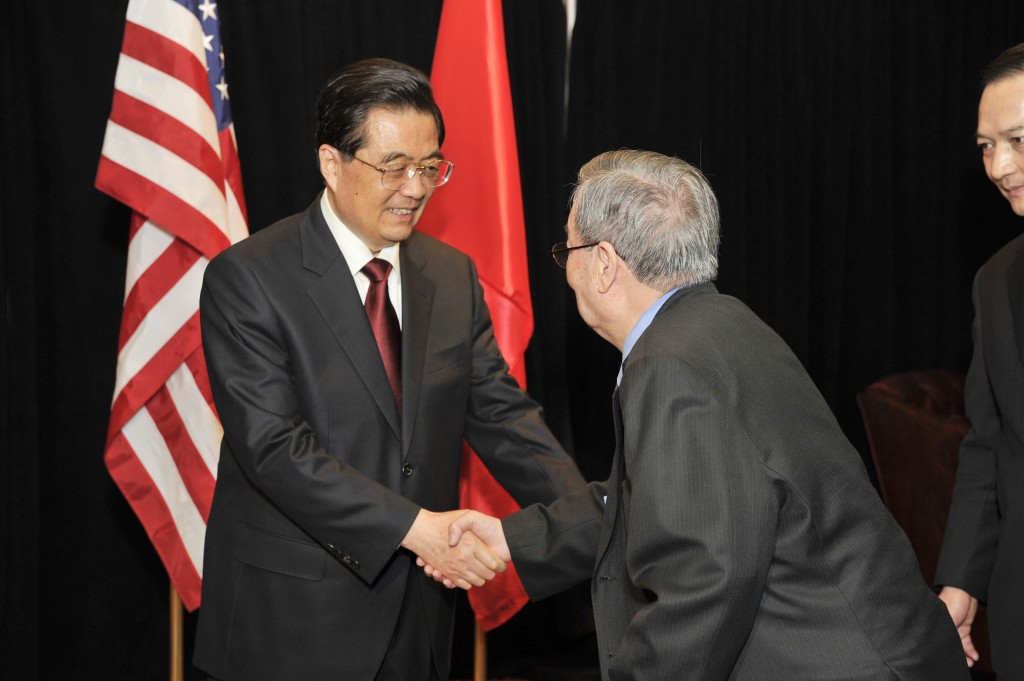 Dr. Chi Wang, USCPF President and Co-Chair, greets Chinese President Hu Jintao